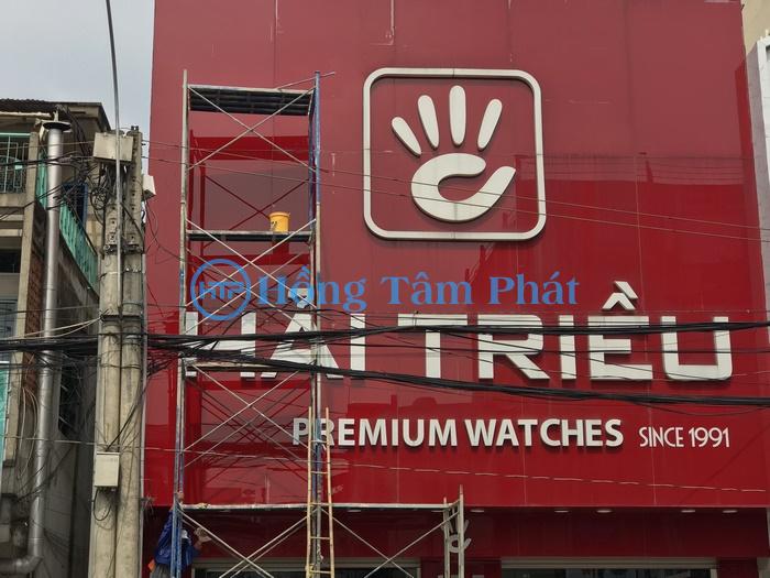 Vệ sinh bảng hiệu tại hệ thống đồng hồ