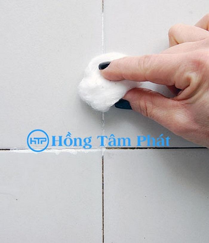 Tẩy trắng đường ron toilet