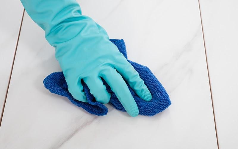 dùng khăn vệ sinh bề mặt sàn gạch